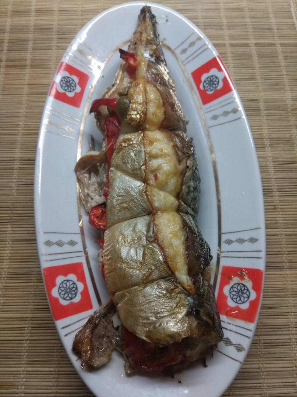 Скумбрия, фаршированная помидорами и болгарским перцем
