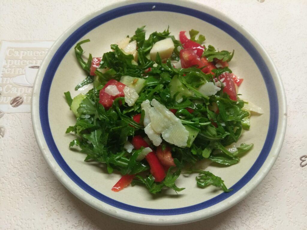 Фото рецепта - Свежий салат с рукколой, яблоками и пармезаном - шаг 6
