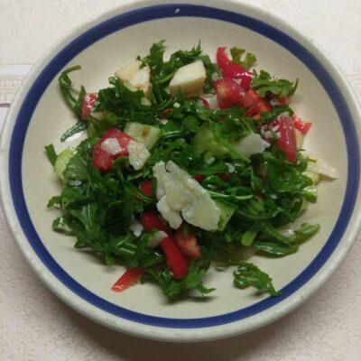 Свежий салат с рукколой, яблоками и пармезаном - рецепт с фото