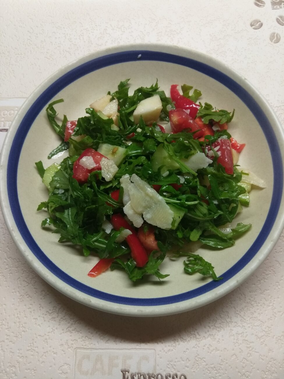 Свежий салат с рукколой, яблоками и пармезаном