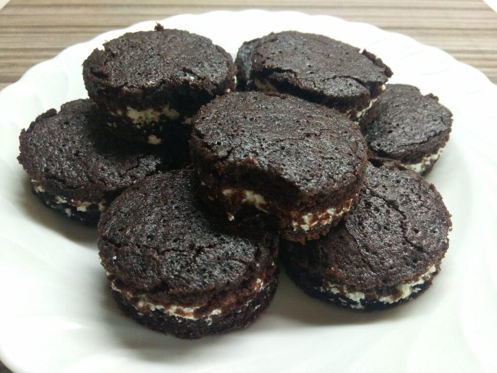 Фото рецепта - Шоколадное печенье с творожным кремом - шаг 8