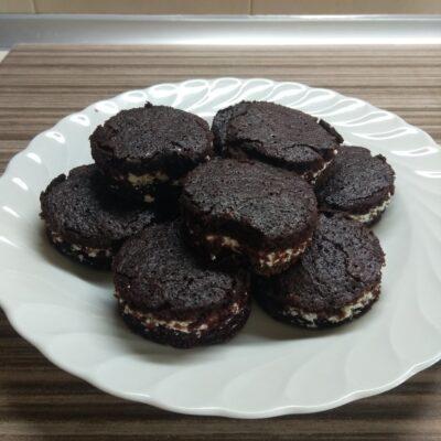 Шоколадное печенье с творожным кремом - рецепт с фото