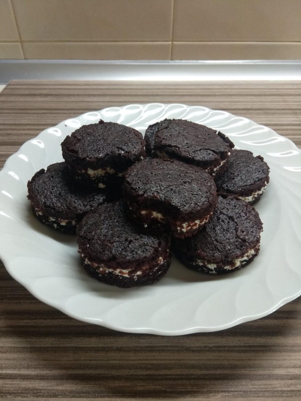 Шоколадное печенье с творожным кремом
