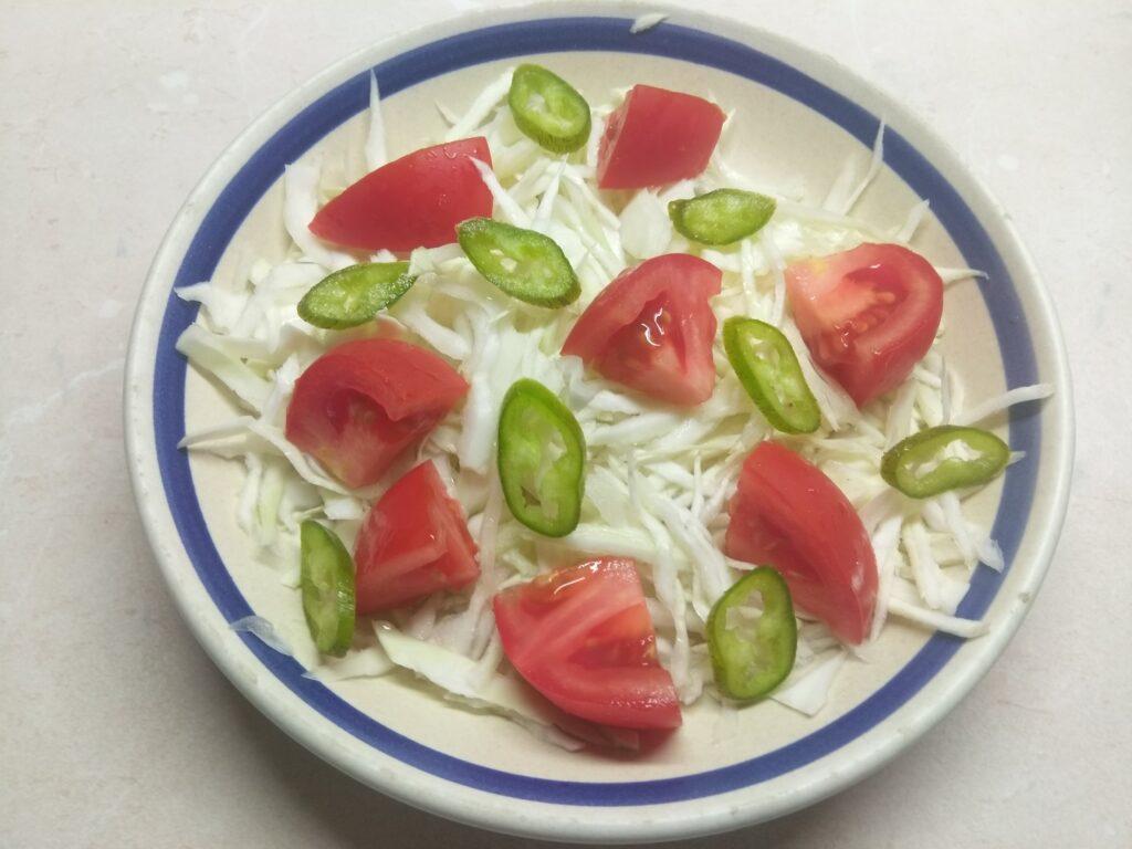 Фото рецепта - Свежий салат с сухариками под соусом Тартар - шаг 3