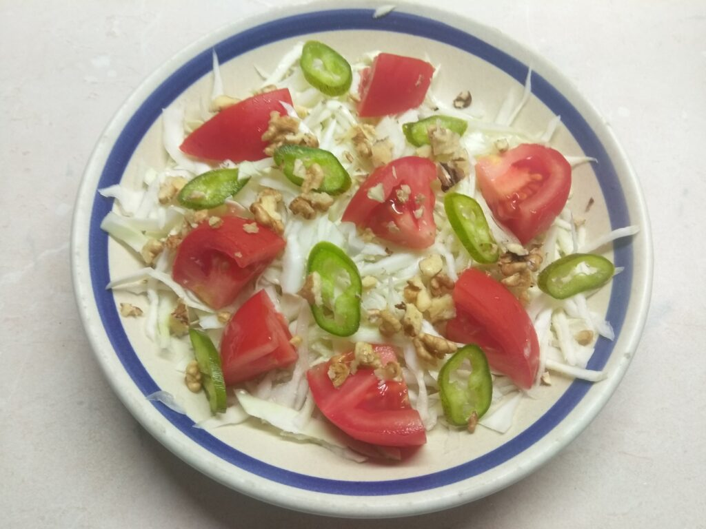Фото рецепта - Свежий салат с сухариками под соусом Тартар - шаг 4