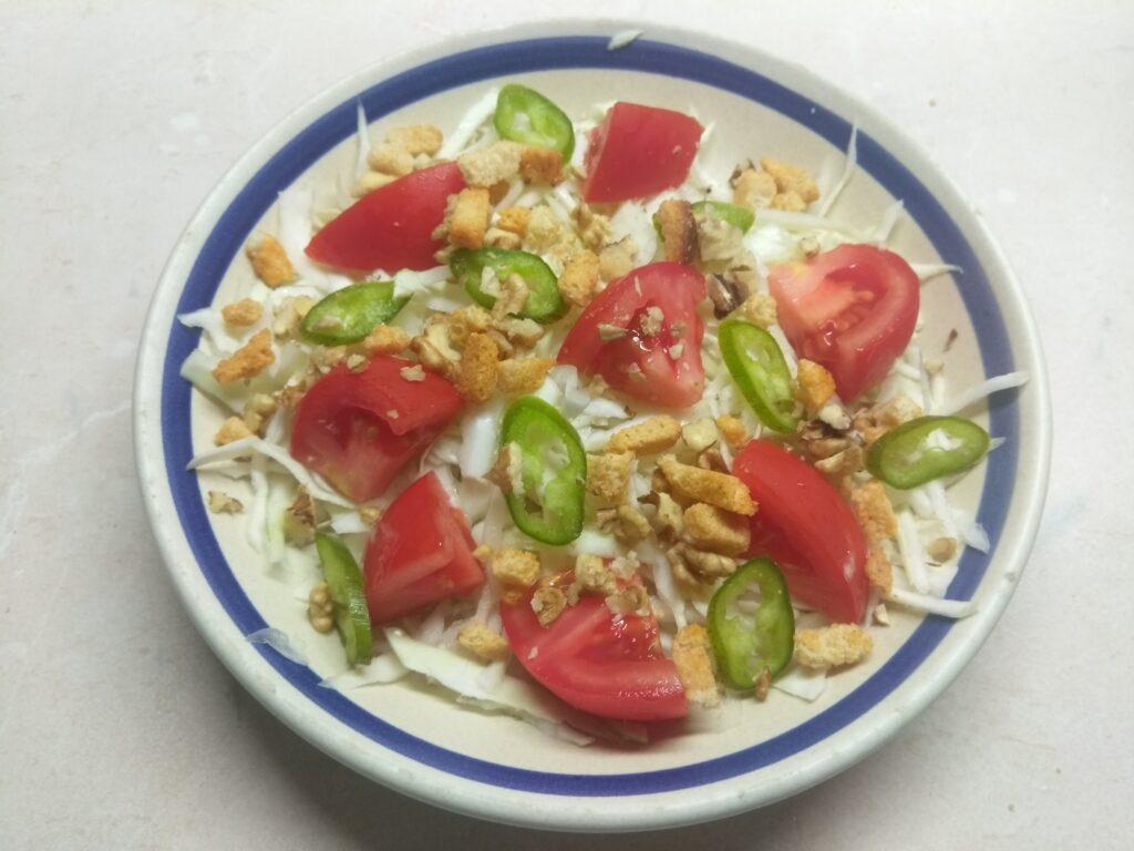 Фото рецепта - Свежий салат с сухариками под соусом Тартар - шаг 5