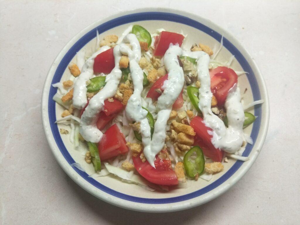 Фото рецепта - Свежий салат с сухариками под соусом Тартар - шаг 6