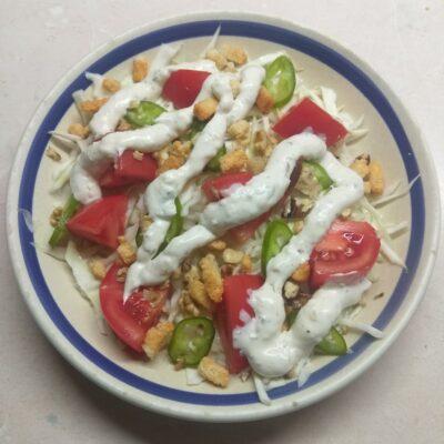 Свежий салат с сухариками под соусом Тартар - рецепт с фото
