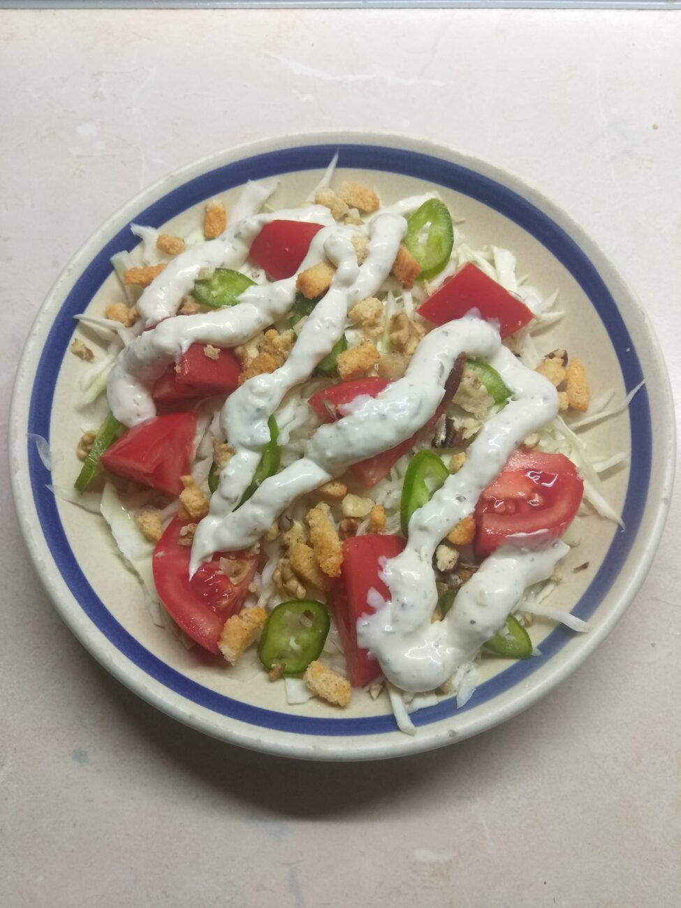Свежий салат с сухариками под соусом Тартар