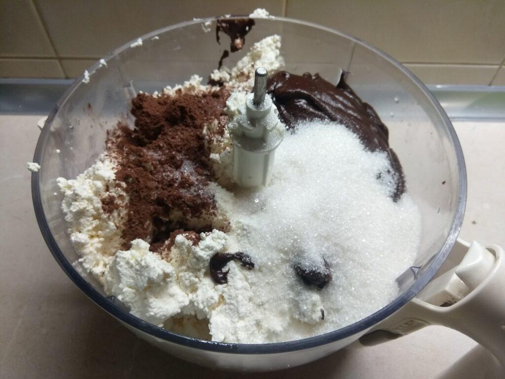 Фото рецепта - Шоколадный чизкейк с паутинкой (без выпечки) - шаг 5