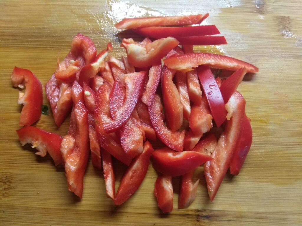 Фото рецепта - Овощной салат со шпинатом и базиликом - шаг 3