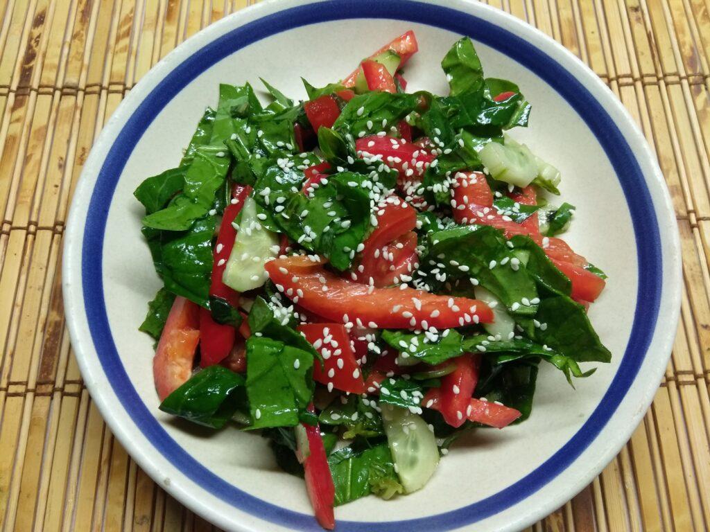 Фото рецепта - Овощной салат со шпинатом и базиликом - шаг 6