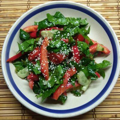 Овощной салат со шпинатом и базиликом - рецепт с фото