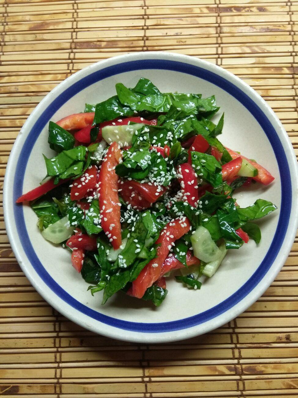 Овощной салат со шпинатом и базиликом