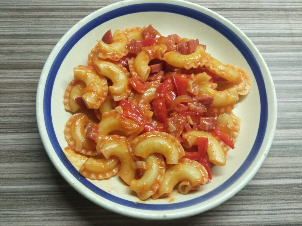 Фото рецепта - Макароны с салями, болгарским перцем и пармезаном - шаг 6