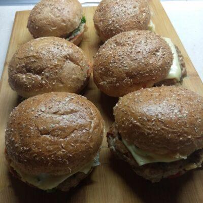 Бургеры с сочной котлетой, пекинской капустой и голубым сыром - рецепт с фото