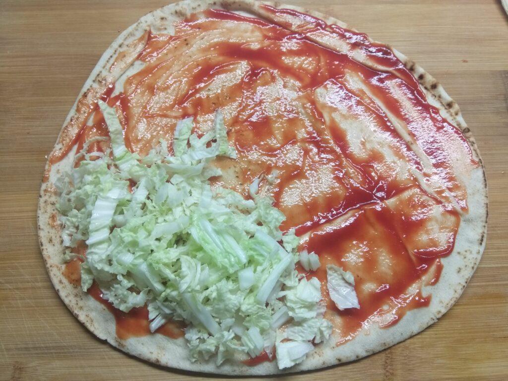 Фото рецепта - Пита с мортаделлой, капустой, помидорами и пармезаном - шаг 2