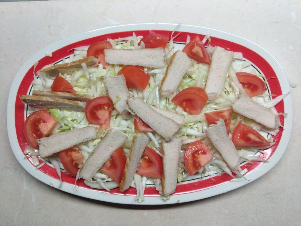 Фото рецепта - Салат с запеченной свининой и хурмой - шаг 3