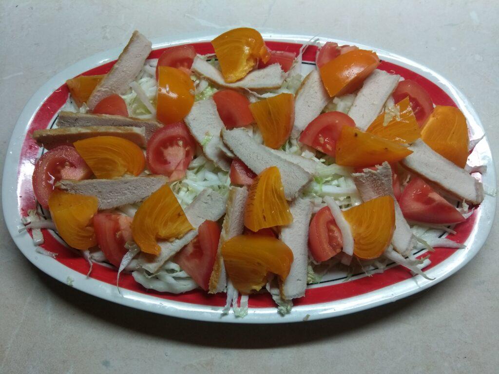 Фото рецепта - Салат с запеченной свининой и хурмой - шаг 4