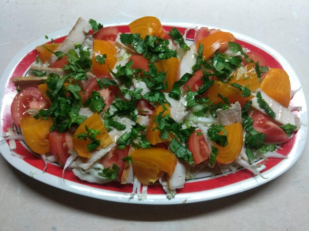 Фото рецепта - Салат с запеченной свининой и хурмой - шаг 5
