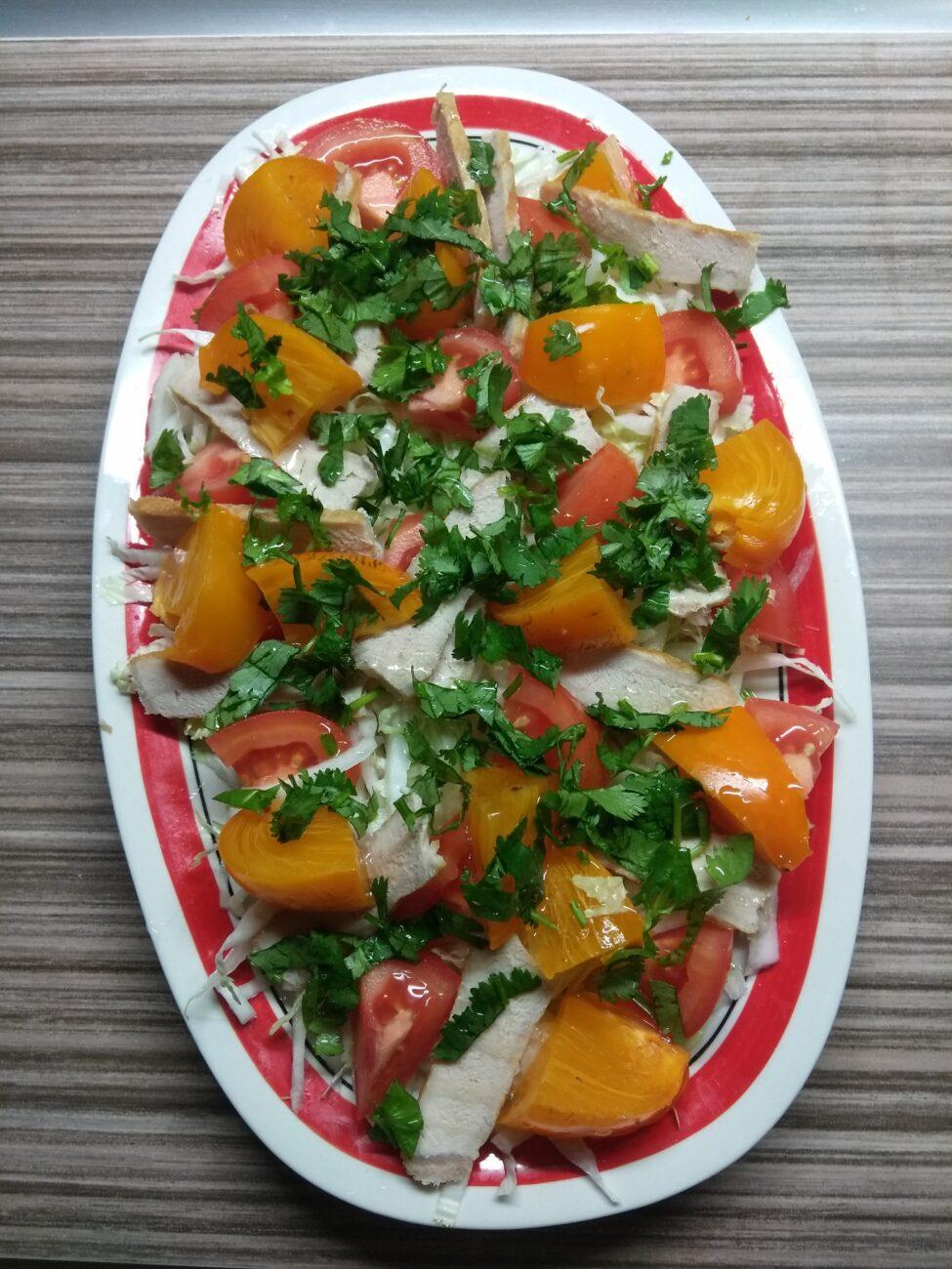 Салат с запеченной свининой и хурмой