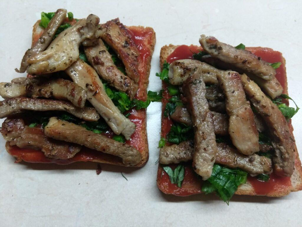Фото рецепта - Бутерброды с жаренной свининой и зеленью - шаг 5