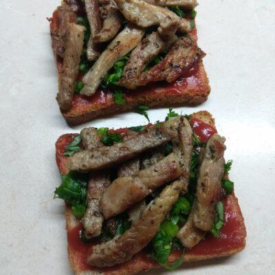 Бутерброды с жаренной свининой и зеленью - рецепт с фото