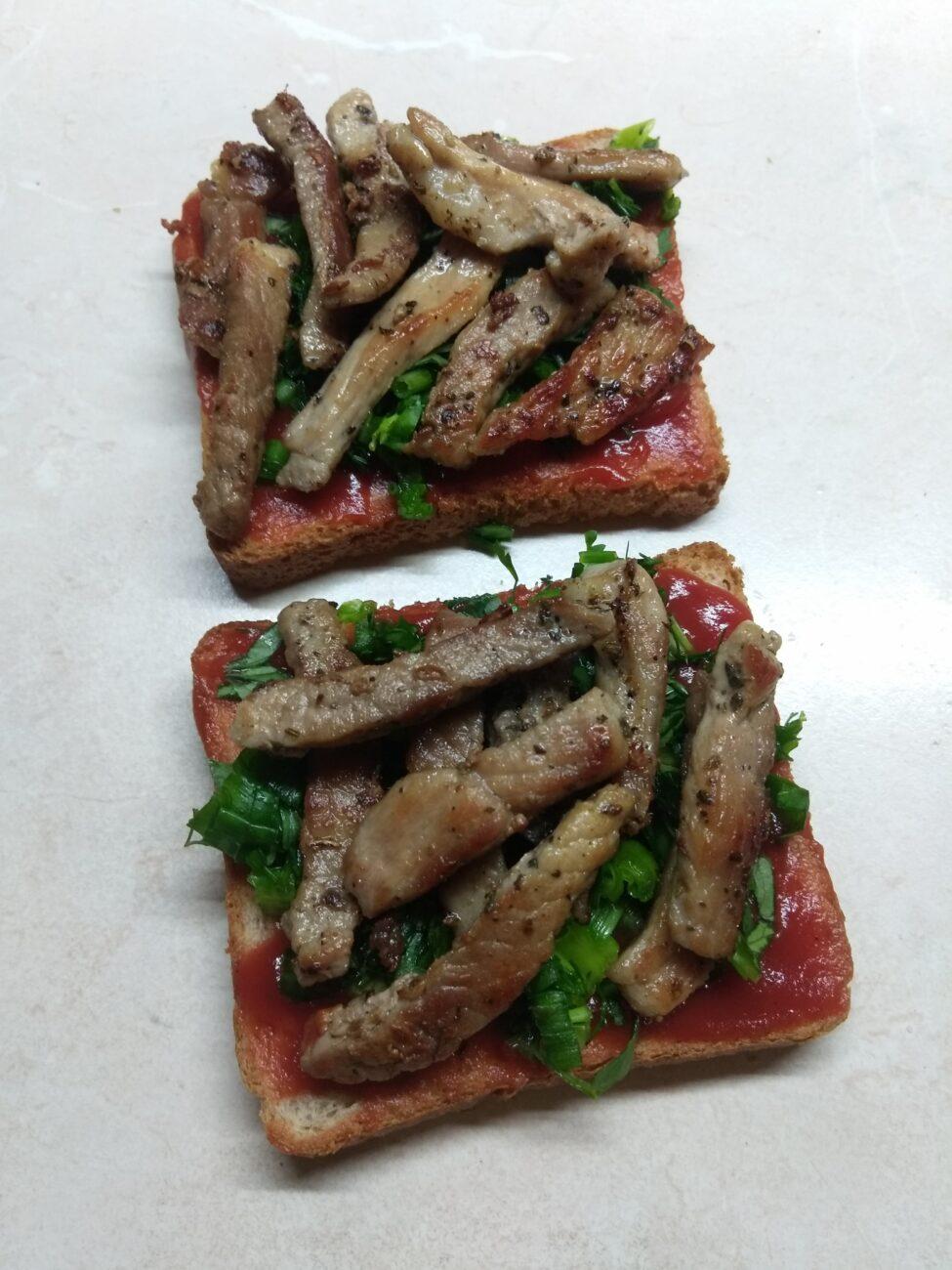 Бутерброды с жаренной свининой и зеленью