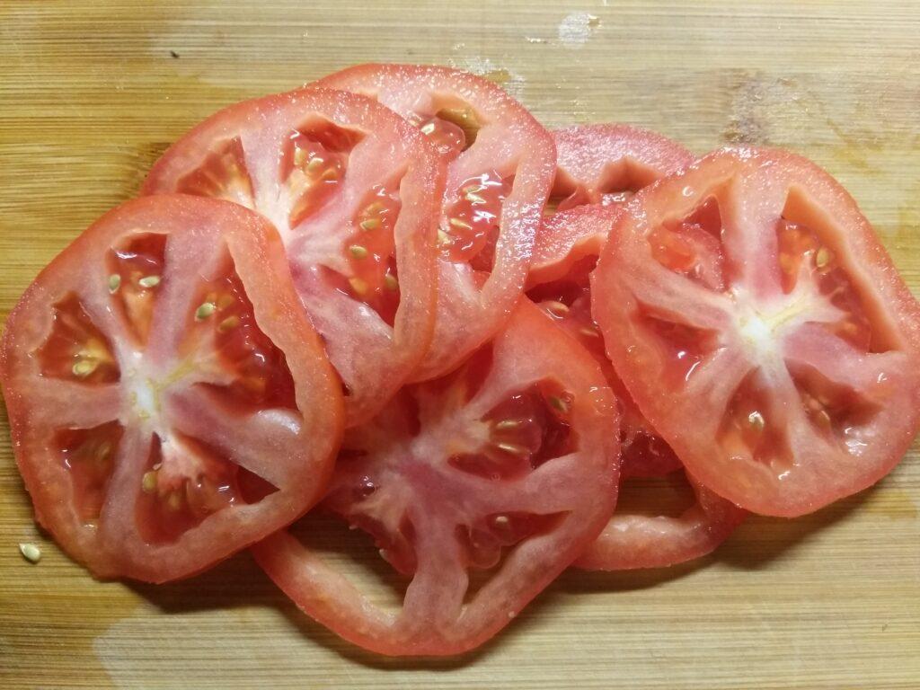 Фото рецепта - Салат с хурмой, яблоками и помидорами - шаг 2