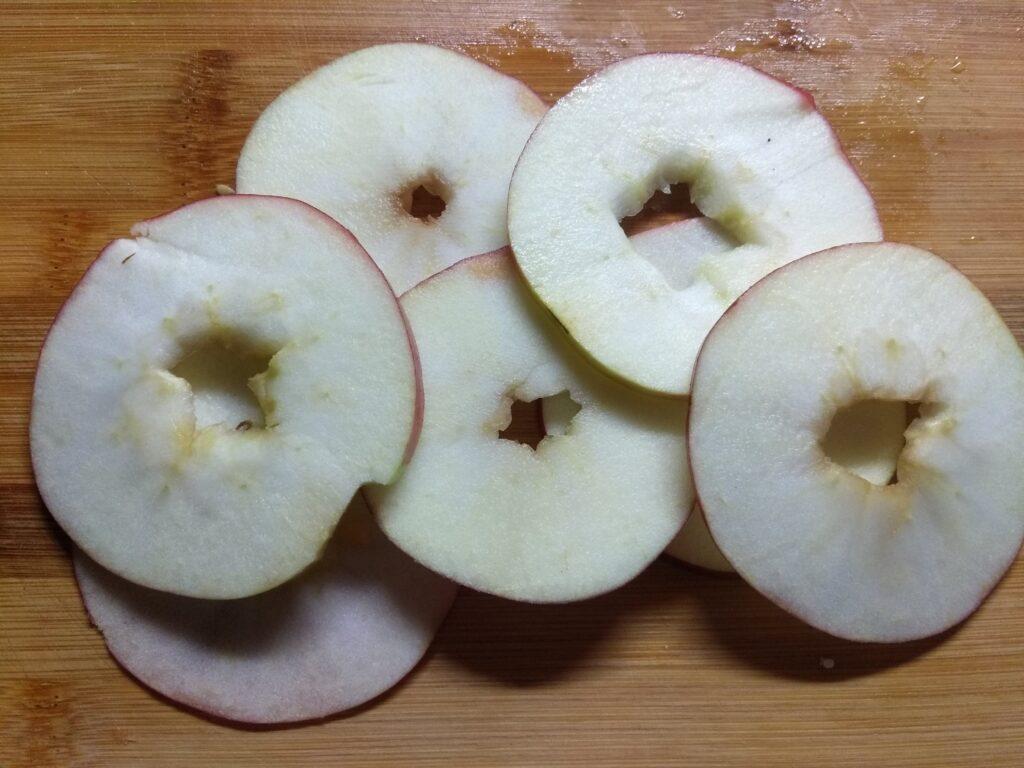 Фото рецепта - Салат с хурмой, яблоками и помидорами - шаг 3