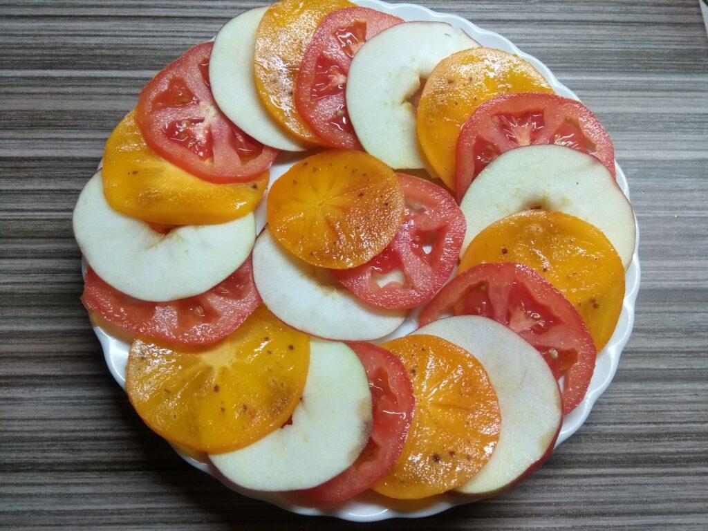 Фото рецепта - Салат с хурмой, яблоками и помидорами - шаг 4
