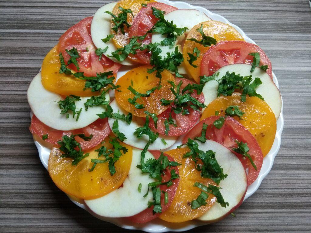 Фото рецепта - Салат с хурмой, яблоками и помидорами - шаг 5