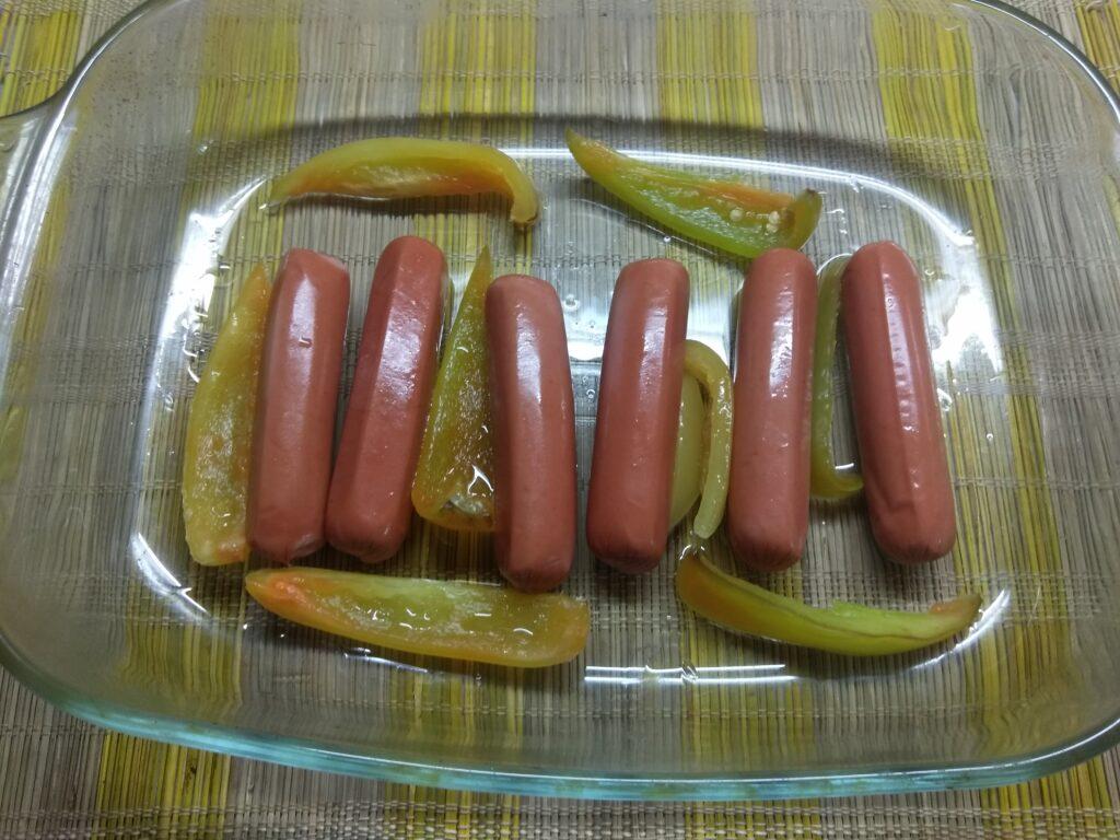 Фото рецепта - Омлет в духовке с сосисками, перцем и зеленым луком - шаг 2