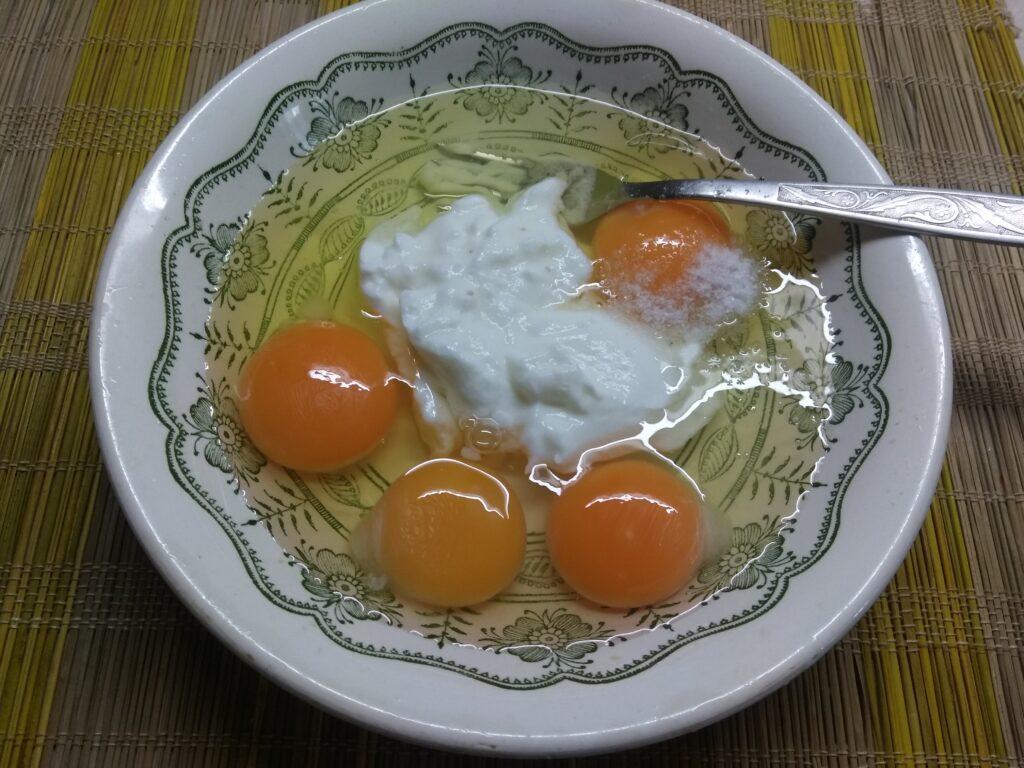 Фото рецепта - Омлет в духовке с сосисками, перцем и зеленым луком - шаг 3