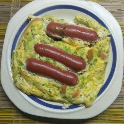 Омлет в духовке с сосисками, перцем и зеленым луком - рецепт с фото