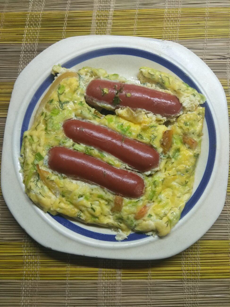 Омлет в духовке с сосисками, перцем и зеленым луком