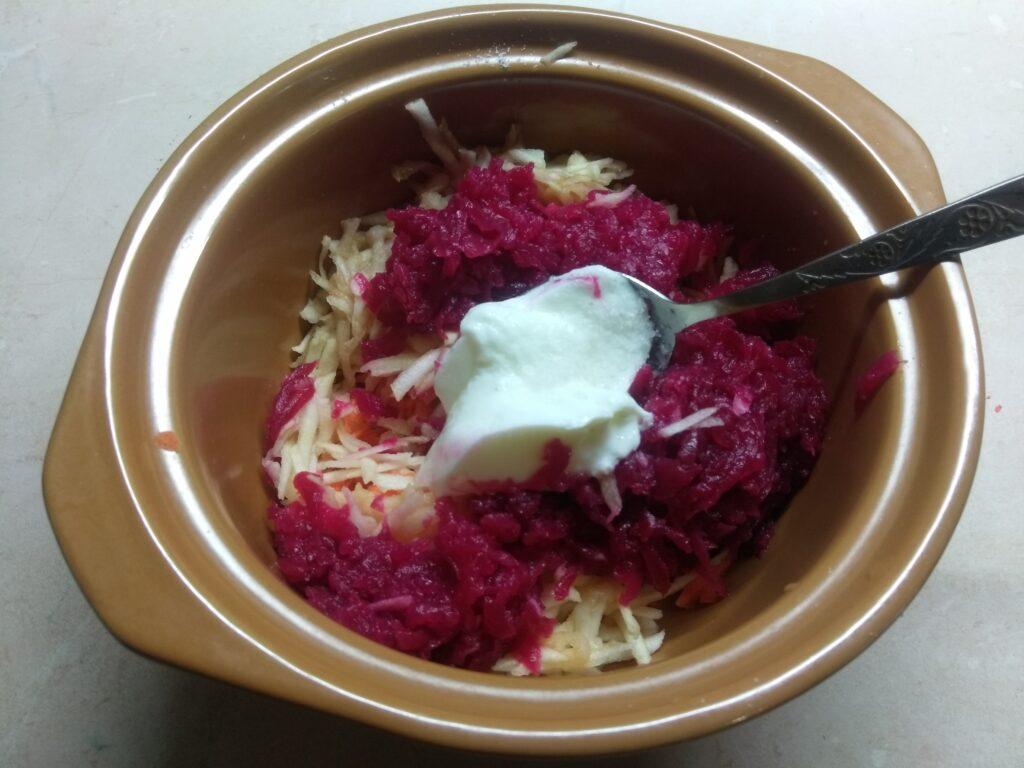 Фото рецепта - Свекольный салат с яблоками и морковью - шаг 4