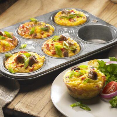 Маффины из картофеля с колбаской и овощами - рецепт с фото