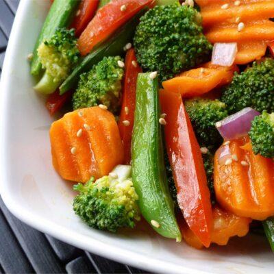Жареные овощи в имбирно-чесночном соусе - рецепт с фото