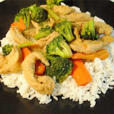 Куриная грудка, жаренная с овощами - рецепт с фото
