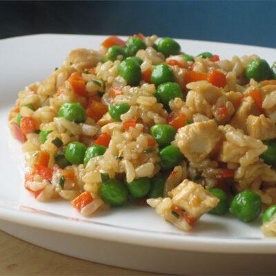 Куриное филе с жареным рисом и овощами - рецепт с фото