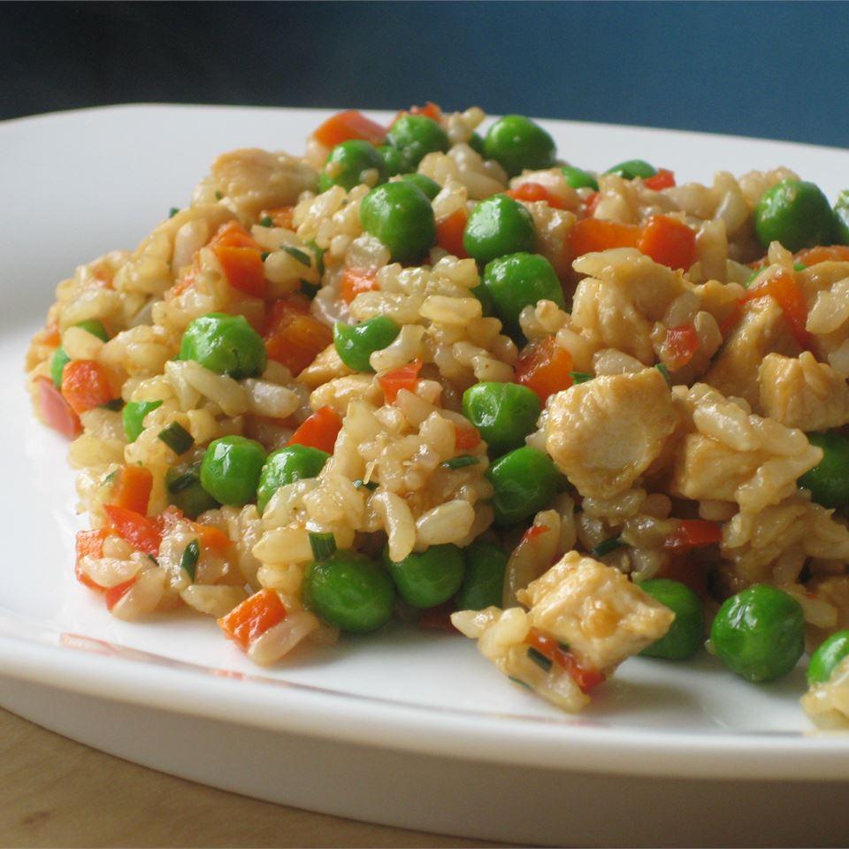 Куриное филе с жареным рисом и овощами