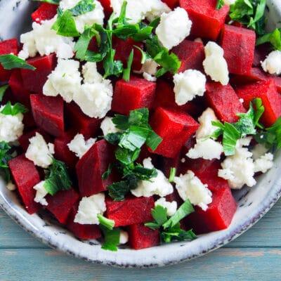 Свекольный салат с козьим сыром - рецепт с фото