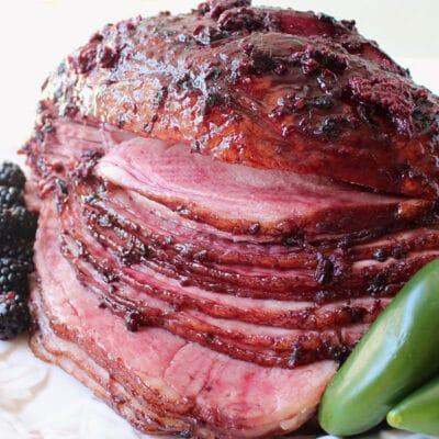 Запеченный свиной окорок в глазури из ежевики и халапеньо - рецепт с фото