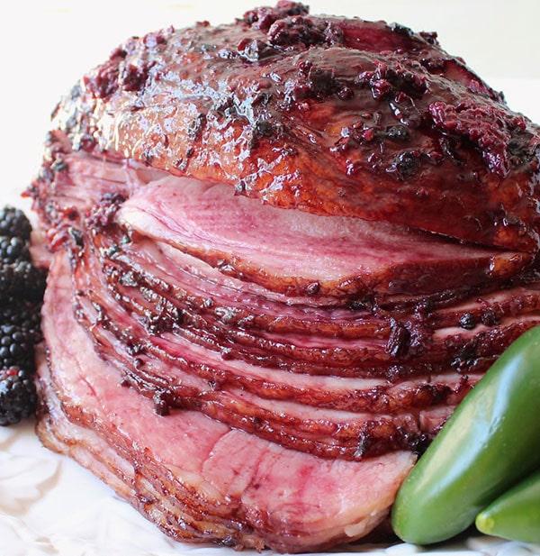 Запеченный свиной окорок в глазури из ежевики и халапеньо