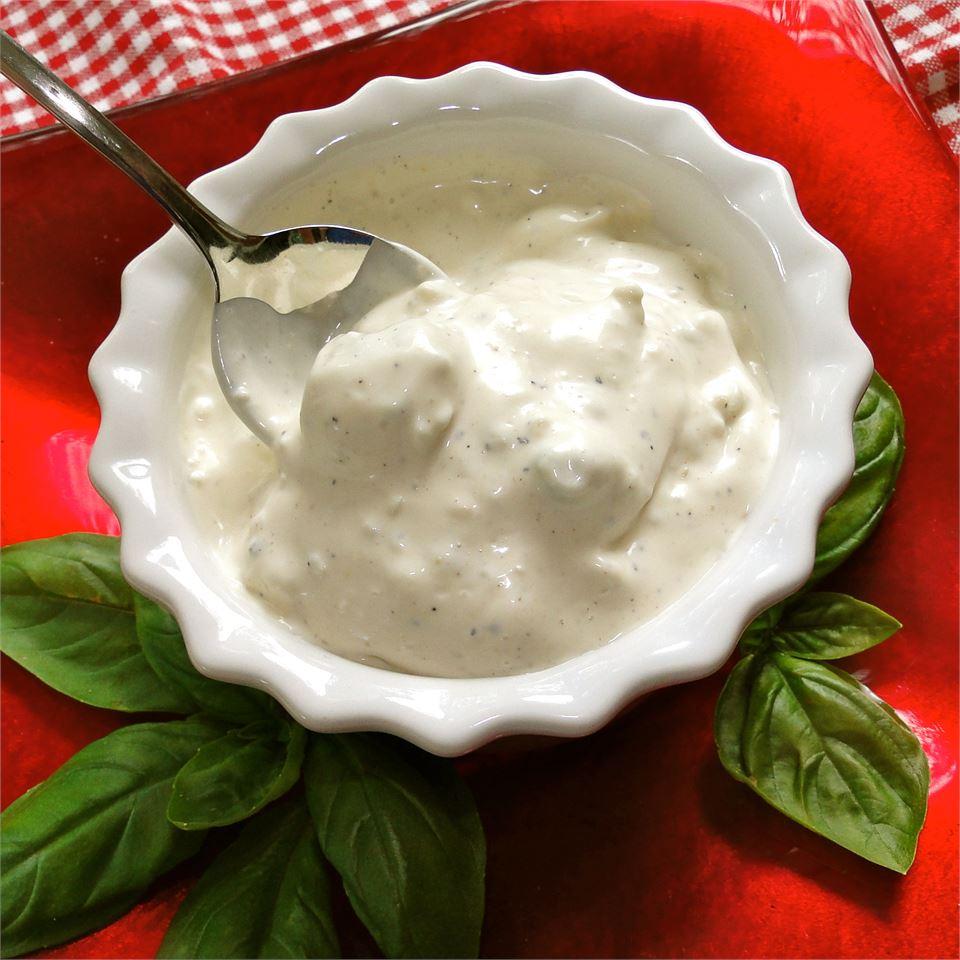 Чесночная заправка с голубым сыром (для салатов)