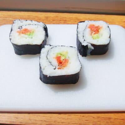 Роллы с лососем и авокадо (как приготовить дома) - рецепт с фото