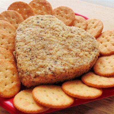 Сырная луковая закуска с крекерами - рецепт с фото