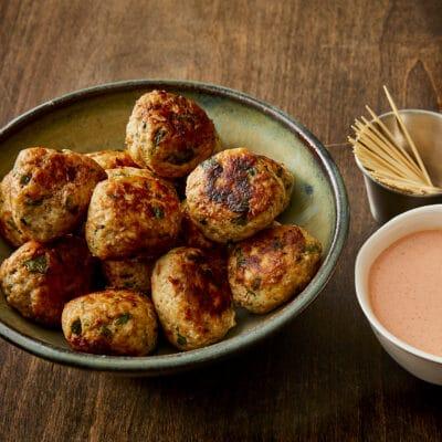 Вкусные закусочные фрикадельки с острым соусом - рецепт с фото
