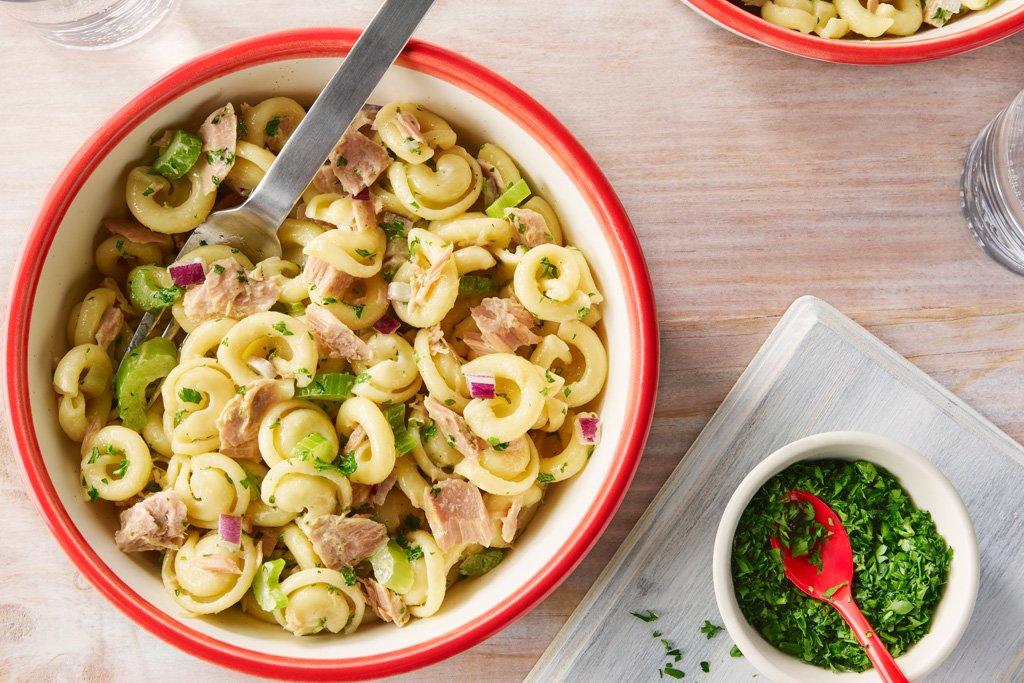 Салат из макарон с тунцом и сельдереем